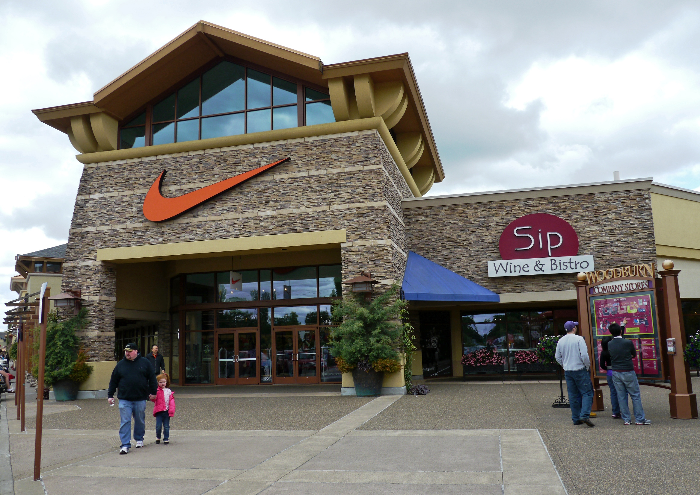 Nike_Factory_Store_at_outlet_mall_in_Woodburn_OR